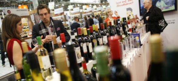 Prowein-bottles-and-people